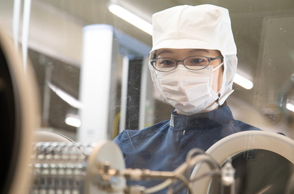 Natsuki Nakamura working in the lab.