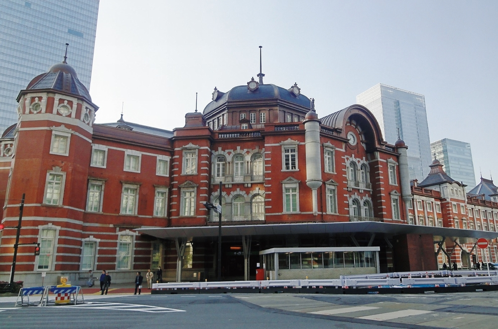 おもてなしの精神を映し出す 東京駅のデジタルサイネージ