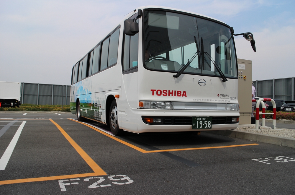 進化する次世代自動車 ケーブルなしで充電できるEVバス
