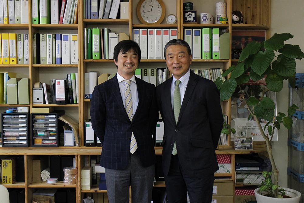 一般社団法人 あすびと福島 代表理事 半谷栄寿氏(右)、東芝 新井本武士氏(左)