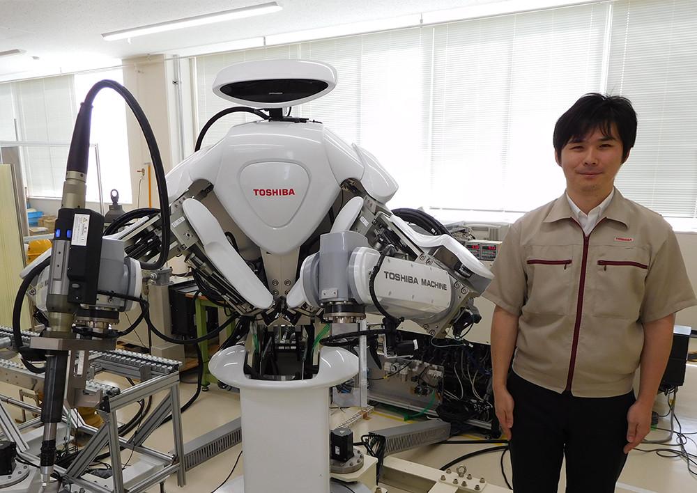 東芝 双腕ロボットと高橋氏