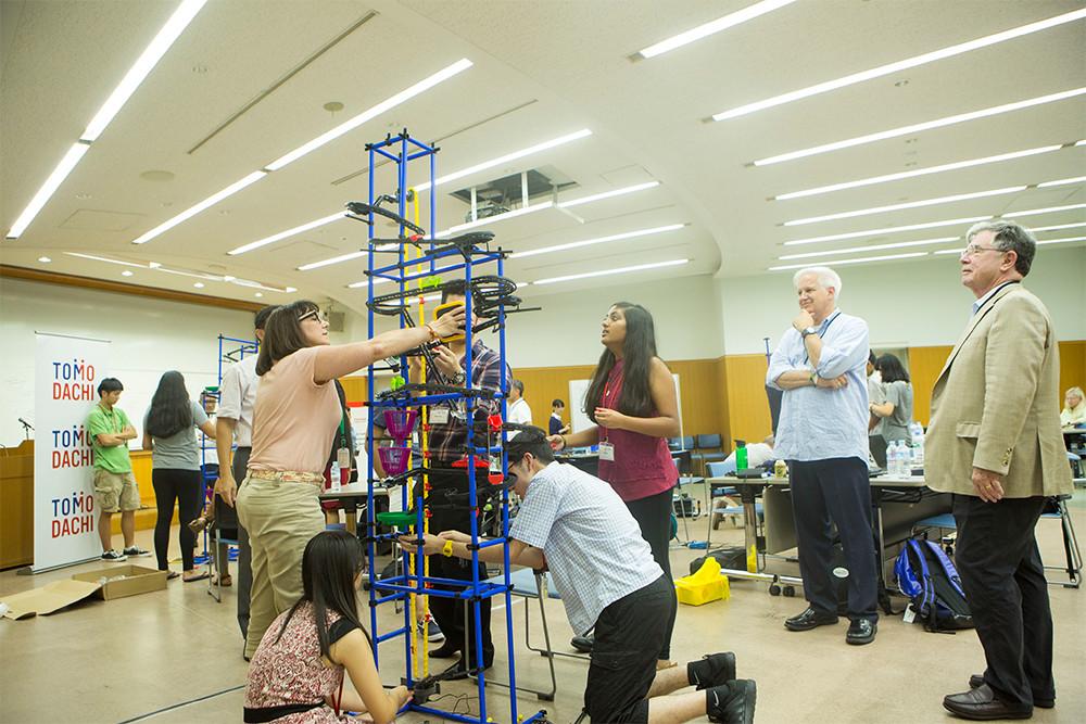 TOMODACHI東芝科学技術リーダーシップアカデミー 日米の高校生が小型エレベーターを組み立てている様子
