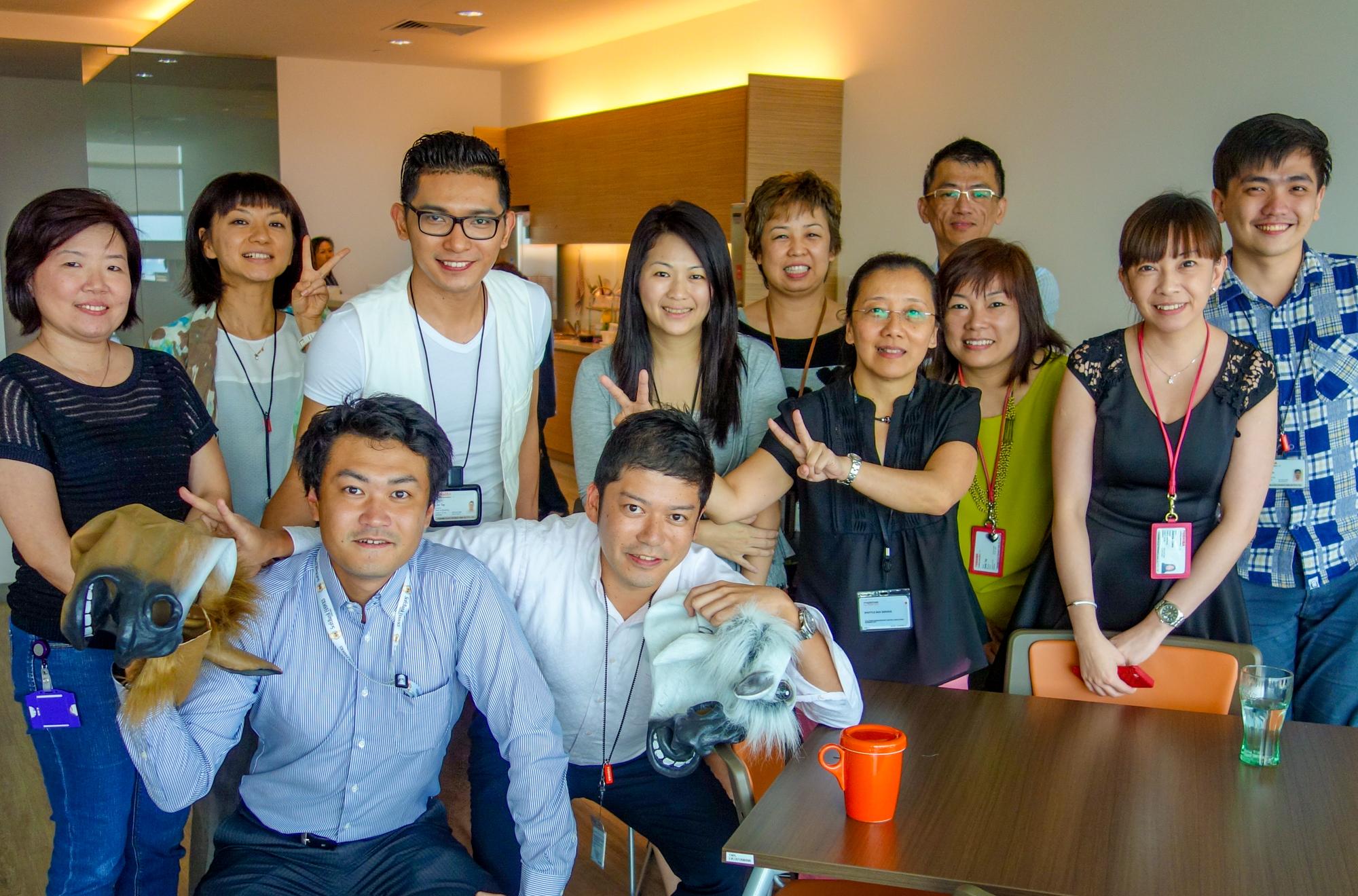 2014年、シンガポールにある現地法人のオフィスで、職場の仲間と。前列の左から2番目が片山氏。