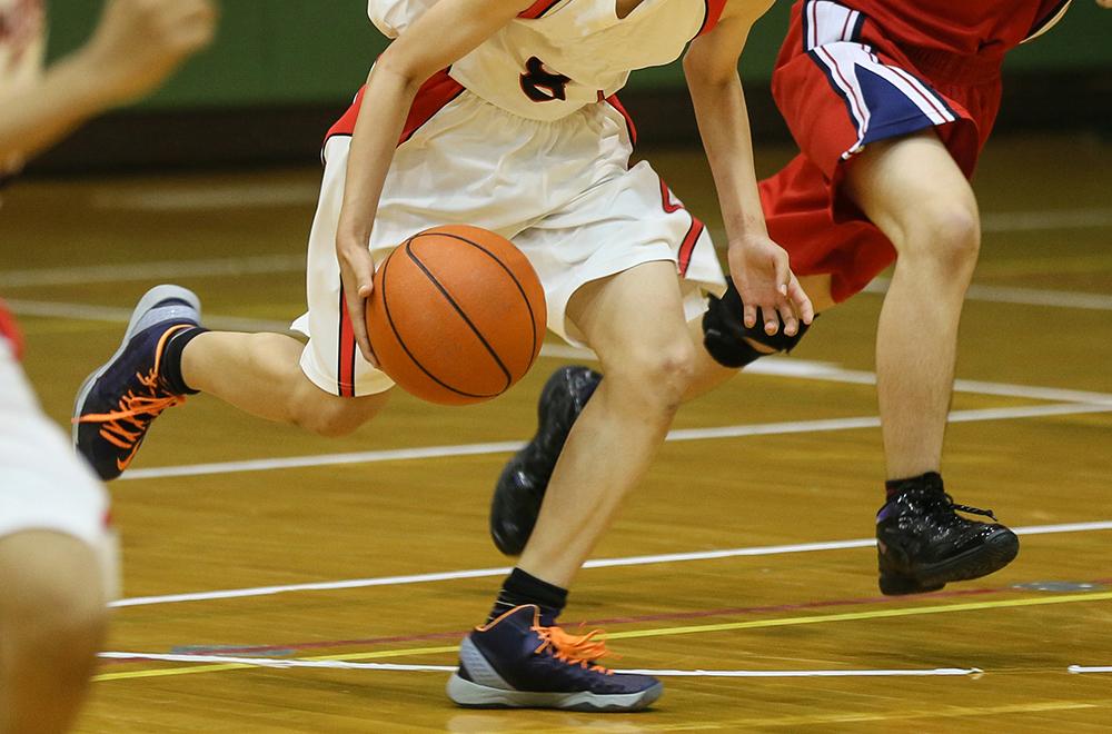 バスケットボールの試合でのプレイの様子(イメージ写真)