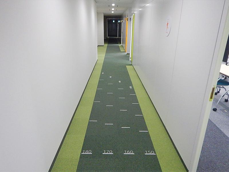 身長に応じた歩幅で歩くことや、歩幅をあと10cm延ばすことで、健康寿命を延ばすことにつながるという。この廊下に刻まれた線は、身長に応じた適正な歩幅が一目でわかるように工夫されているため、自然に健康な歩幅を手に入れることができるのだ