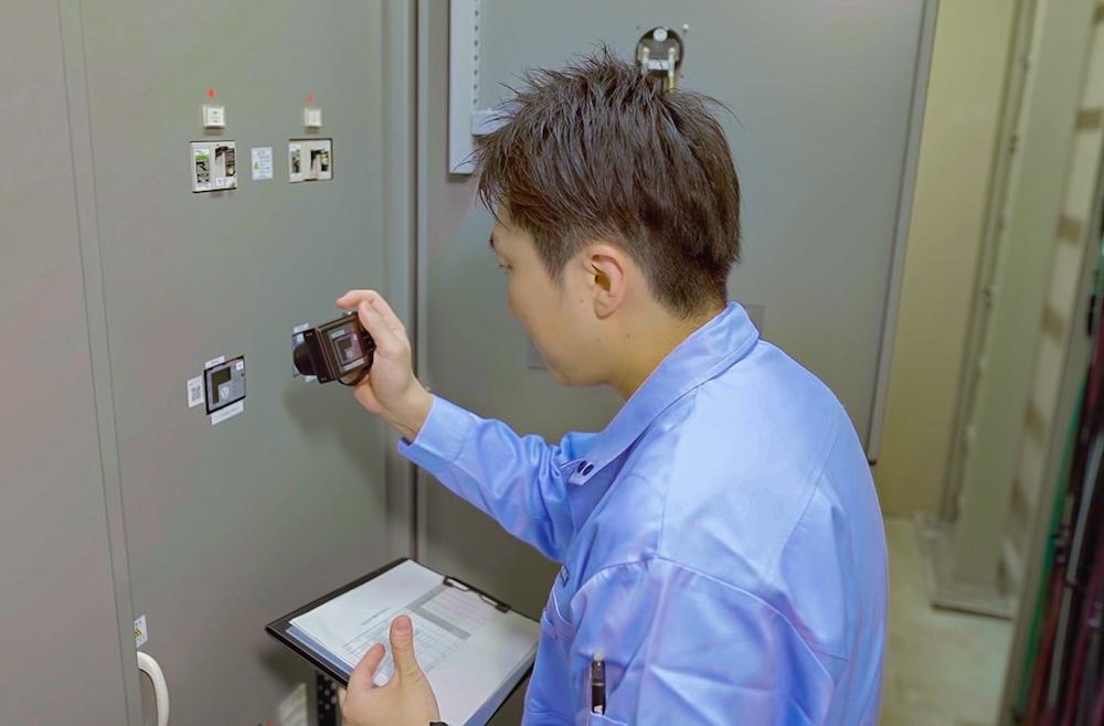 今までのビル保全業務では、紙の帳票や資料とともに記録画像撮影用のカメラも必須