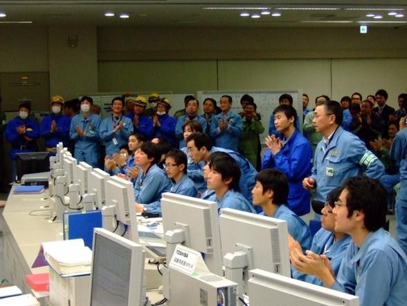 発電再開の瞬間を見守る関係者達
