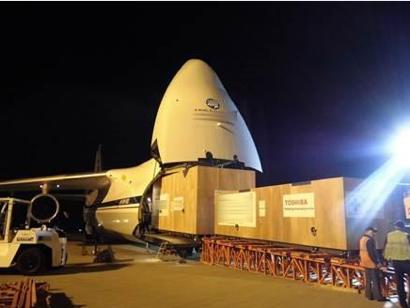 ロシア製の巨大輸送機にローターを搬入する様子
