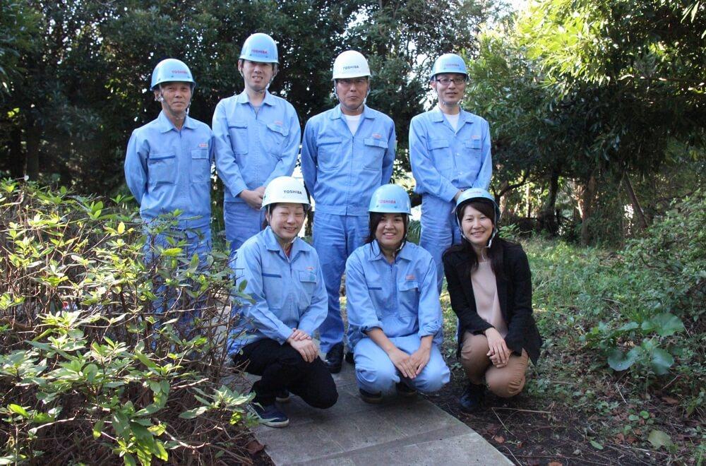 安藤秀康工場長(後列右から2人目)と塚本美那子氏(前列中央)と活動メンバー