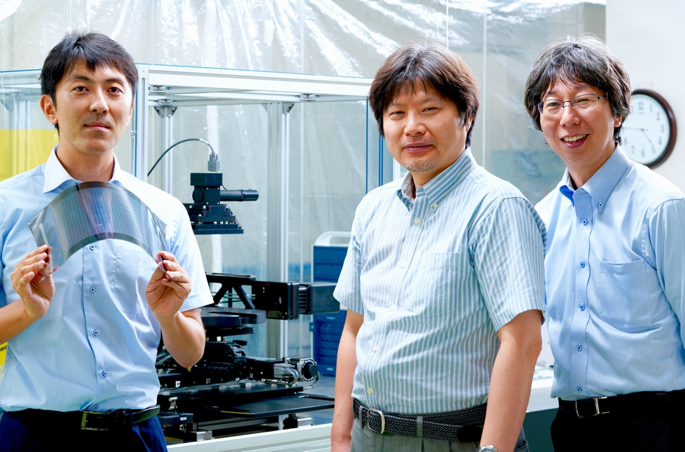 ペロブスカイト太陽電池の実験機と 左から株式会社東芝 研究開発センター天野昌朗氏、都鳥顕司氏、水口浩司室長