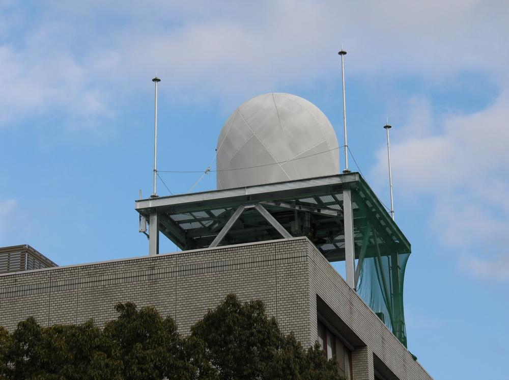 埼玉大学校内の屋上に設置されたマルチパラメータ・フェーズドアレイ気象レーダ