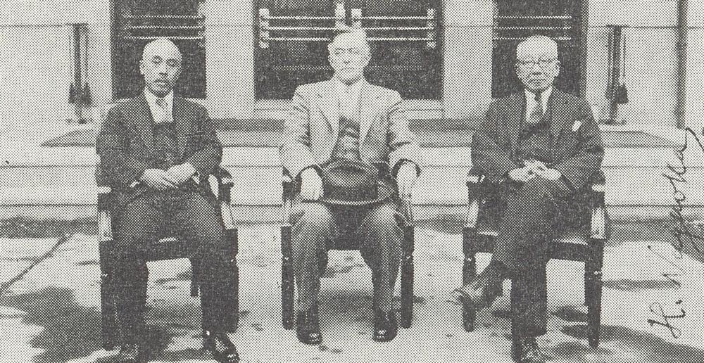 右から、長岡半太郎、1932年にノーベル化学賞を受賞しているアメリカの化学者・物理学者であるアーヴィング・ラングミュア、東芝の前身・東京電気社長の山口喜三郎