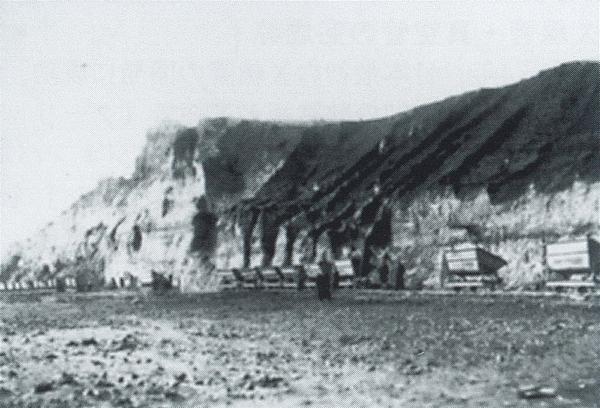 鉄道で土砂を運搬した盛土の様子。大工事であった