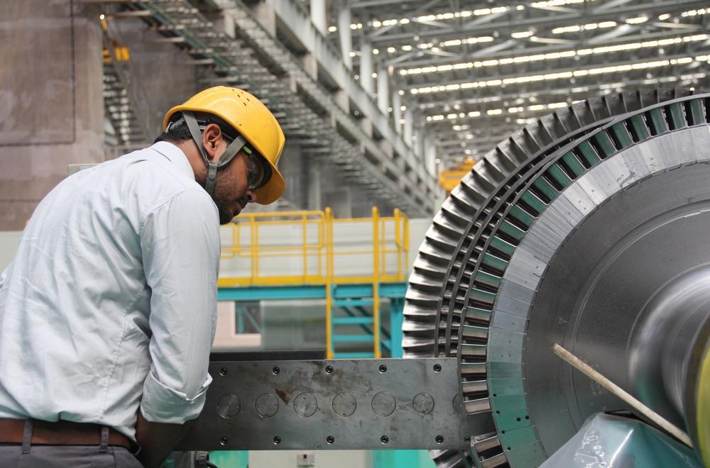 チェンナイ工場で丹念にタービン翼を加工する現地従業員