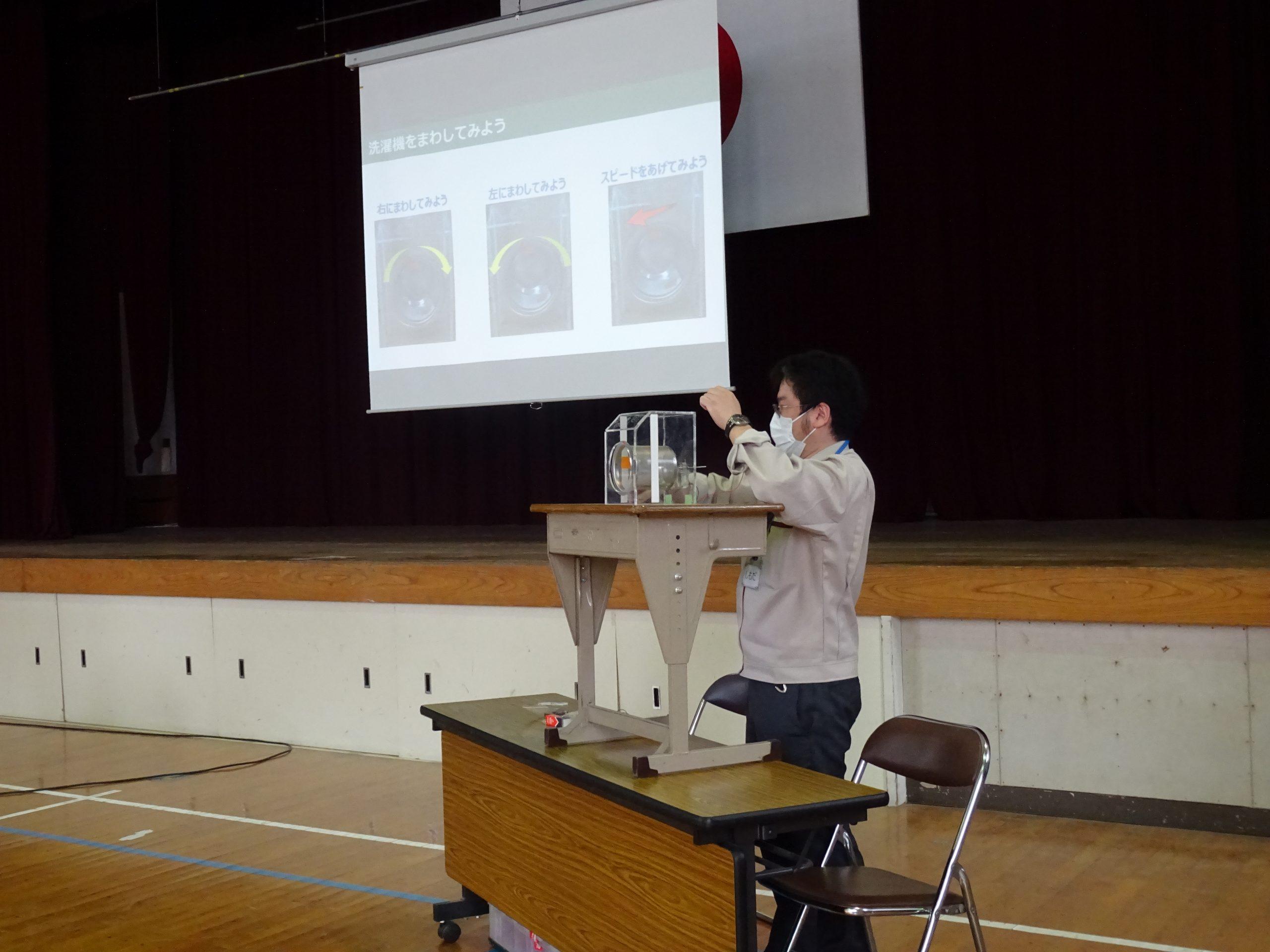 授業では製品のモックアップを使いながら半導体の役割を説明する