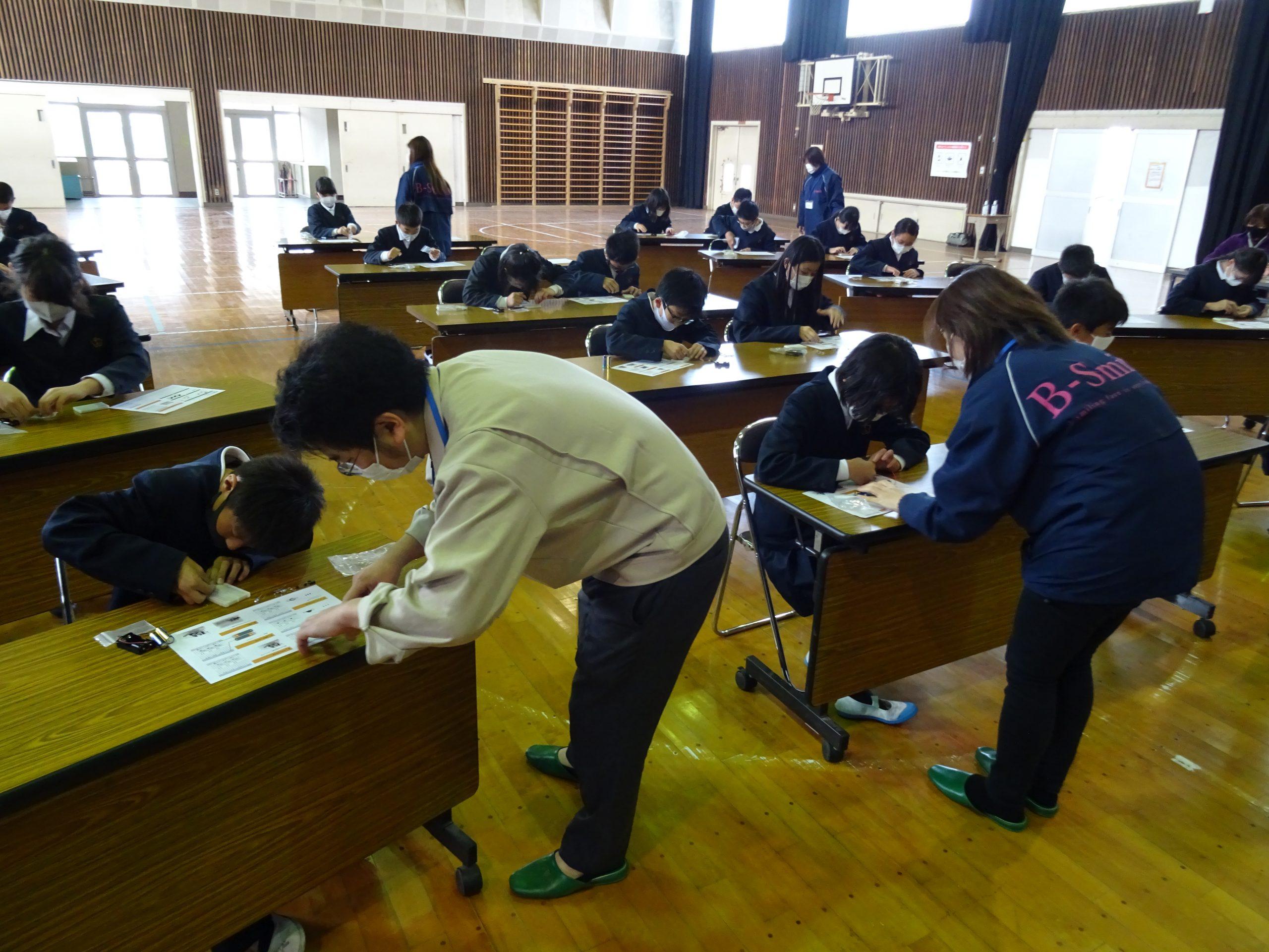 コロナ禍では、体育館を利用して生徒同士の距離と通気性を確保して実施した