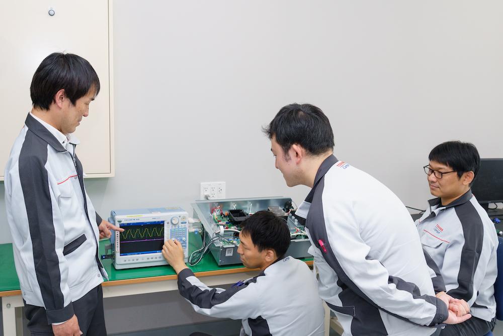 東芝キヤリア株式会社 技術統括部 エレクトロニクス設計部 制御器設計第二担当 マネジャー 石田圭一氏 (左端)とチームメンバー
